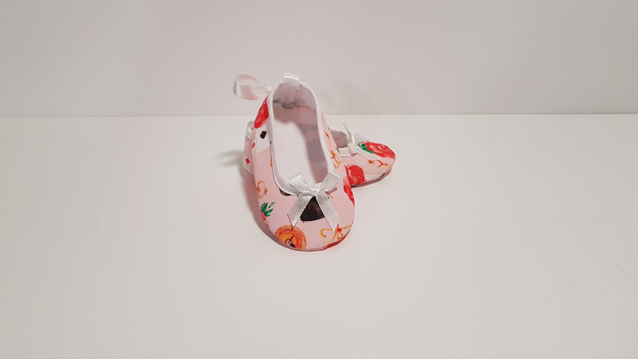 Μπομπονιέρα παπουτσάκια με θέμα βάφτισης την Αλίκη στην χώρα των θαυμάτων.