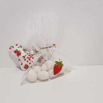 Πουγκί δίχτυ μπομπονιέρα με φράουλα.