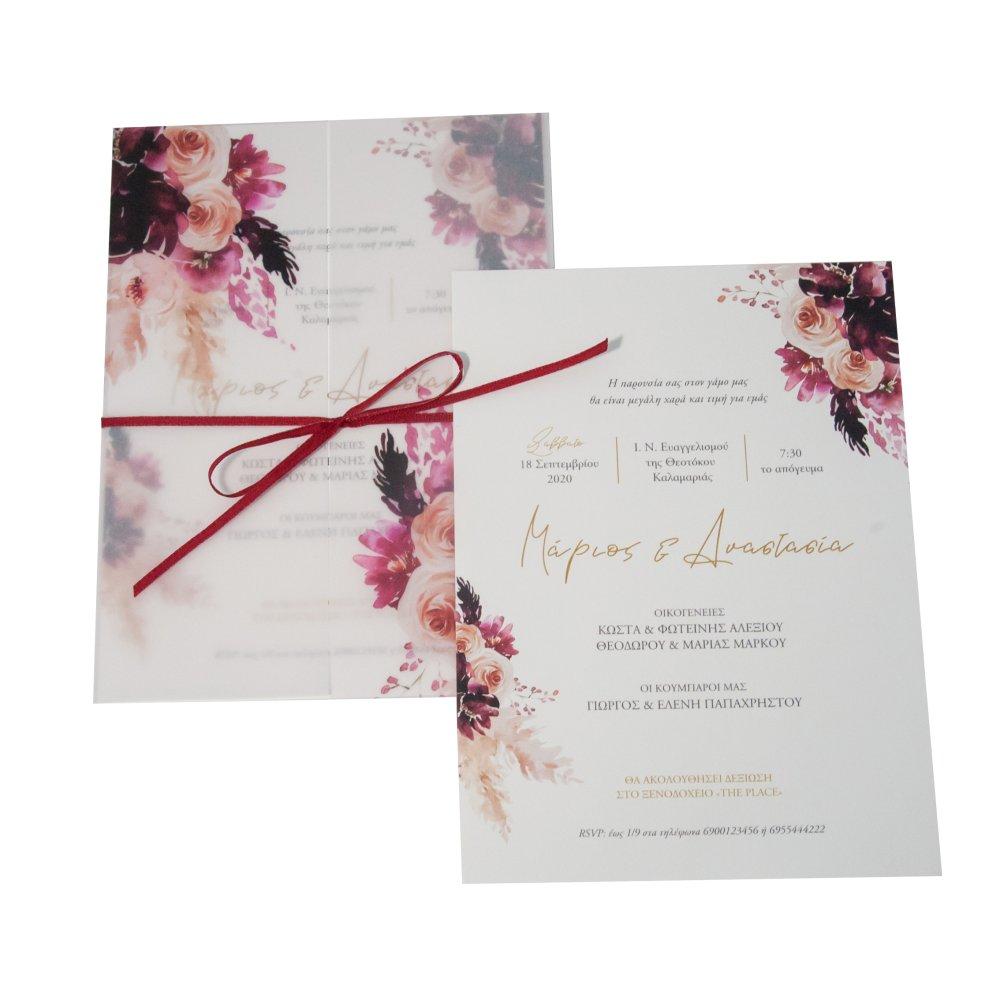 Προσκλητήριο γάμου με μπορντό λουλούδια στον φάκελο και στην κάρτα.