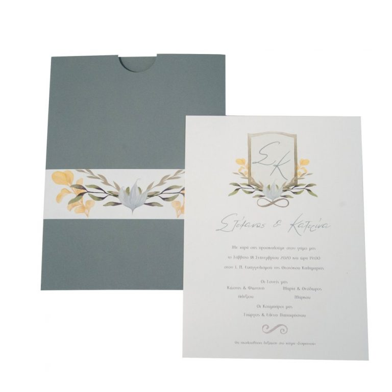 Προσκλητήριο γάμου με γκρι φάκελο και κίτρινα άνθη.