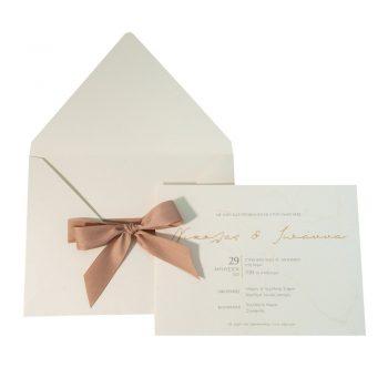 Εκρού προσκλητήριο γάμου με μπεζ κορδέλα στον φάκελο.