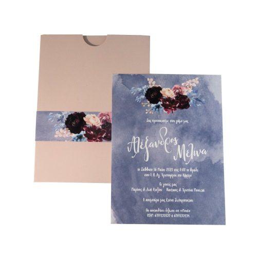 Προσκλητήριο γάμου με ροζ-μπoρντό λουλούδια και nude φάκελο.