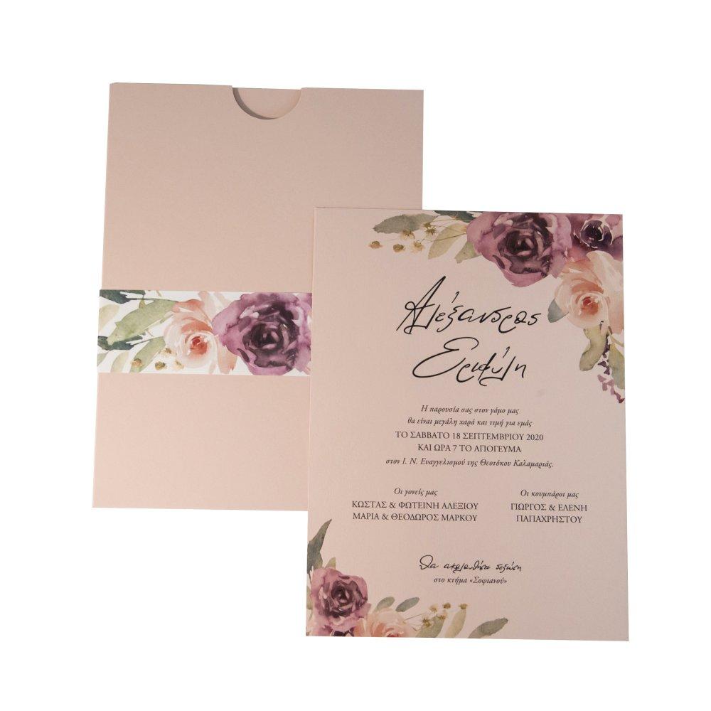Προσκλητήριο γάμου με nude φάκελο και λουλούδια.